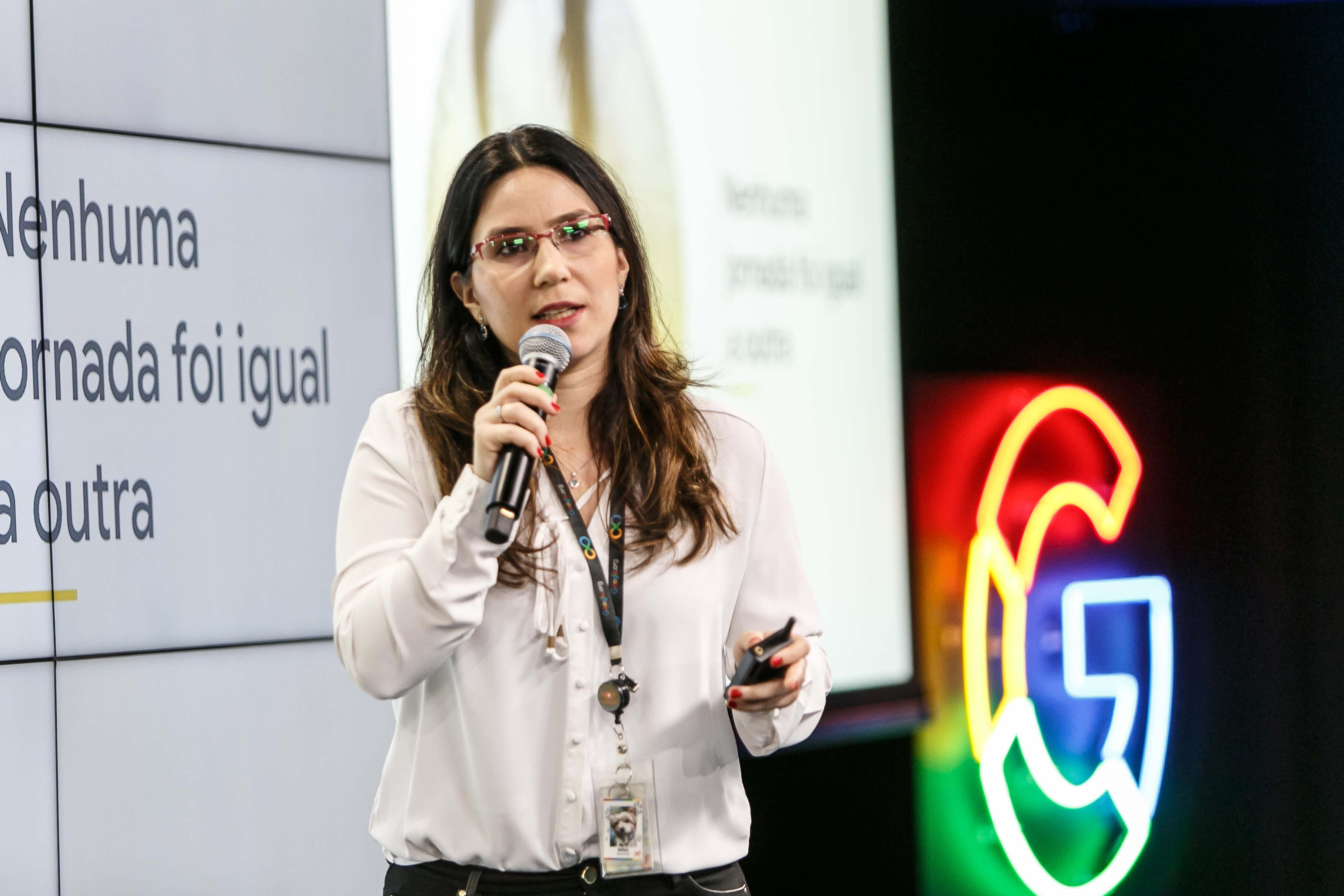"""""""O brasileiro gosta de usar o celular para acessar os serviços, mas a maioria tem aparelhos com tecnologia limitada; por isso, a economia de memória é um grande atrativo"""" — Ligia Cano, do Google (Foto: Divulgação)"""